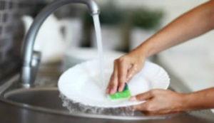 lavaggio-piatti-con-spugna